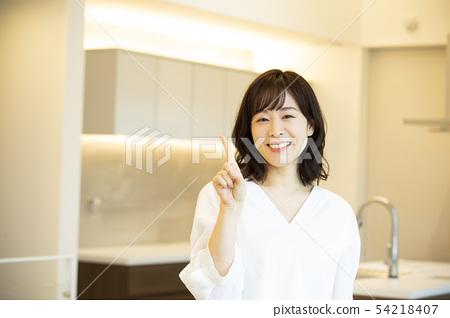 站立在廚房裡的婦女 54218407