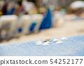 작은 달팽이와 白貝 업 마요르카 섬의 모래 사장에서 54252177