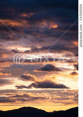 장마가 시작되기전 여름저녁 일몰시간의 붉은 구름 54306604