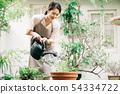 물 뿌리개로 물을 젊은 여성 용품 54334722