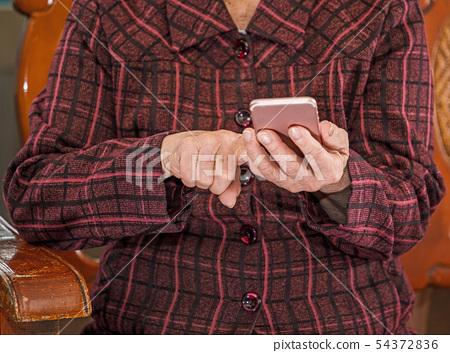老人手持技術技術生活方式社交媒體老人智能手機智能手機祖母智能手機 54372836