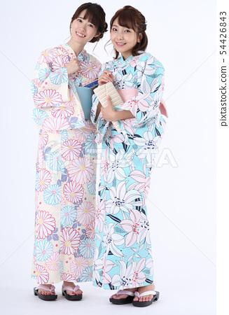 一個女人穿著浴衣 54426843