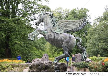 Tenma的古銅色雕像在米拉貝爾宮殿在薩爾茨堡 54451862