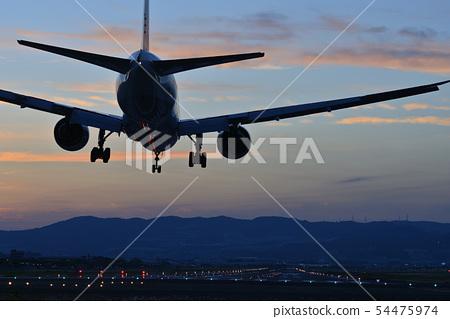 班機準備好登陸在日落期間 54475974
