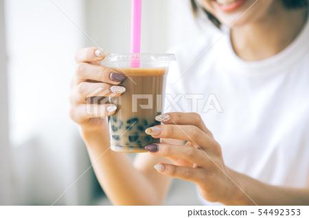 少婦飲用的珍珠粉牛奶茶 54492353