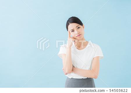 二十多岁的女性(蓝色背景) 54503622