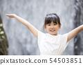 หญิงสาวกำลังรดน้ำที่หน้าน้ำตกภาพโฆษณาน้ำแร่ 54503851