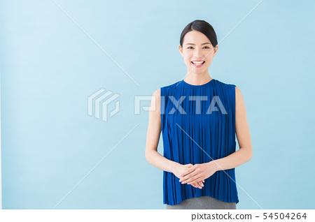 여름 20 대 여성 (파란색 배경) 54504264
