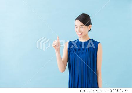 二十幾歲的女人(藍色背景) 54504272