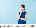二十幾歲的女人(藍色背景) 54537481