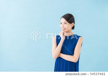 여름 20 대 여성 (파란색 배경) 54537481