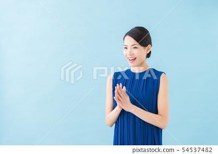 二十幾歲的女人(藍色背景) 54537482