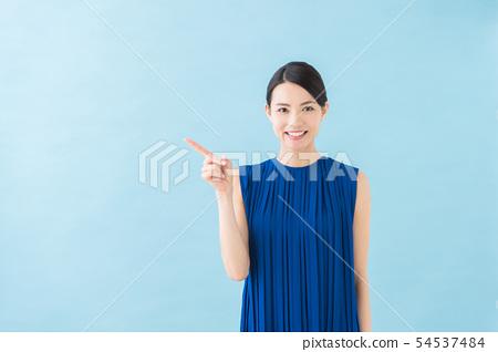 여름 20 대 여성 (파란색 배경) 54537484