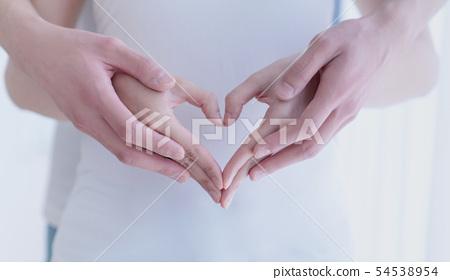 做心臟標誌用手的夫婦 54538954