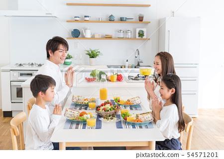 4 인 가족 거실 식당 식탁 먹나 54571201