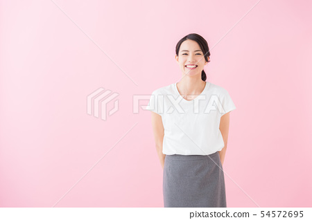 비즈니스 20 대 여성 (분홍색 배경) 54572695
