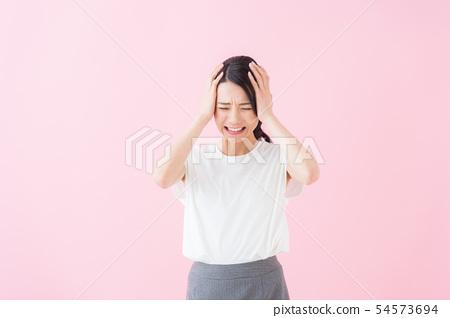 二十多歲的女性(粉紅色背景) 54573694