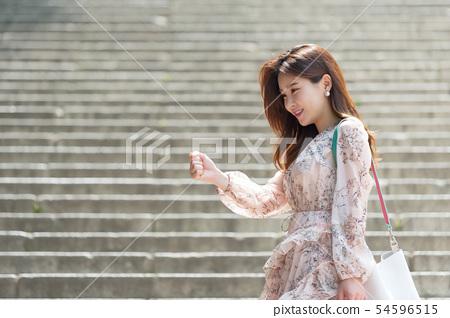 一個美麗的韓國女人的樣子,公園散步 54596515