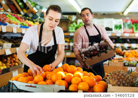 Female seller working with oranges 54605528