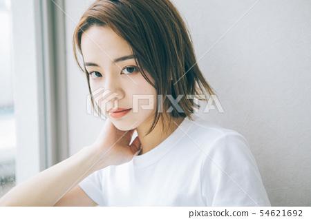 年轻女子的发型形象 54621692