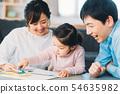 客廳年輕的家庭 54635982