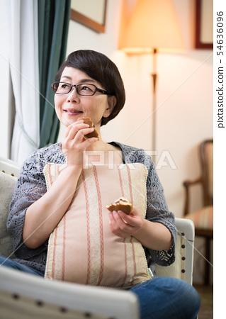 과자를 먹는 여자 54636096