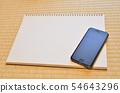 스케치북과 스마트 폰 54643296