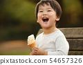 소프트 아이스크림을 먹는 소년 54657326