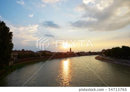 美麗的城堡城市Weinawa Aji Jie河。 54713768