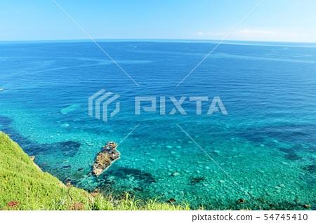 北海道藍天和藍色海的神祭司 54745410