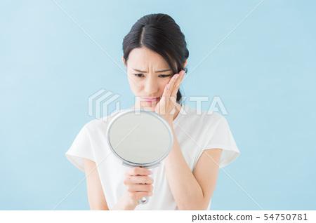 거울을 보는 여자 (파란색 배경) 54750781