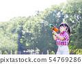 신록의 수목을 배경으로 물총 놀이 어린 소녀. 놀이, 유아, 여름 방학, 재미, 자유 이미지 54769286