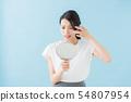 거울을 보는 여자 (파란색 배경) 54807954
