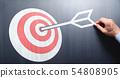目的和工作願景的形象。遞畫一個紅色箭頭和一個箭頭在黑板。 54808905
