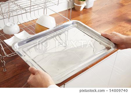 다양한 부엌 도구, 부엌 선반 및 식물 배경 주방. 건조한 접시와 그릇 모양. 54809740