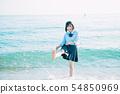 เด็กผู้หญิงมัธยมปลายคนหนึ่งพูดคุยที่ชายทะเล 54850969