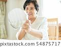 시니어 여성 미용 거울 54875717