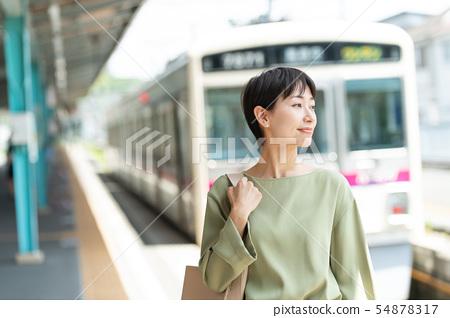 미들 여성 전철 통근 이미지 촬영 협조 : 게이오 전철 주식회사 54878317