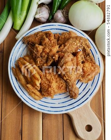 후라이드 치킨과 감자튀김 그리고 채소들  54882791
