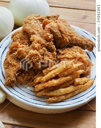 후라이드 치킨과 감자튀김 그리고 채소들  54882801