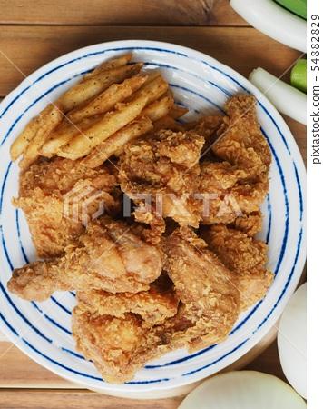 한국의 치킨강정과 감자튀김 54882829
