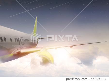 飛機在雲層上面飛行 54924085