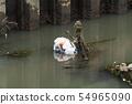 강에 떠있는 쓰레기 봉투 54965090