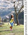 벚꽃 아래에서 배드민턴을하는 여자 55015567