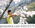 벚꽃 아래에서 배드민턴을하는 여자 55015573