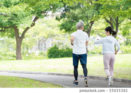 跑步的中間夫婦夫婦鍛煉圖像 55035382