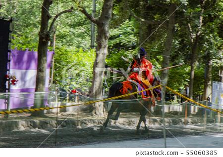 야 부사 메 질주하는 말을 타고 활을 쏘는 여자 기수 55060385