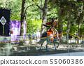 야 부사 메 질주하는 말을 타고 활을 쏘는 여자 기수 55060386