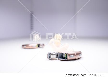 針灸和艾灸,簡單的白色背景。 55063292
