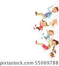 스윙 정면을보고있는 가족 55069788
